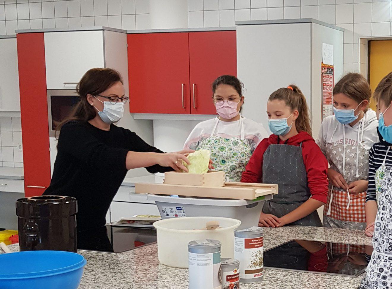 """""""Sauerkraut Herstellung"""" in den Mittelschulen Mariapfarr & Tamsweg"""